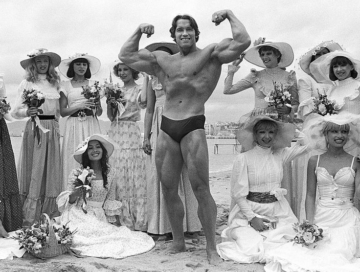 """Un jour au festival de #Cannes - #1977 - #ArnoldSchwarzenegger n'est pas encore Conan le Barbare. Il fait sa première apparition au #festivaldeCannes pour un documentaire où il interprète son propre rôle de culturistes. Le film raconte son parcours quand Arnold va obtenir son cinquième titre de Monsieur Olympia. Il faudra attendre #1982 pour qu'il connaisse véritablement le succès avec """"Conan le Barbare"""" de John Milius. Photo : @JeanClaude.Deutsch / @ParisMatch_Magazine by parismatch_vintage"""