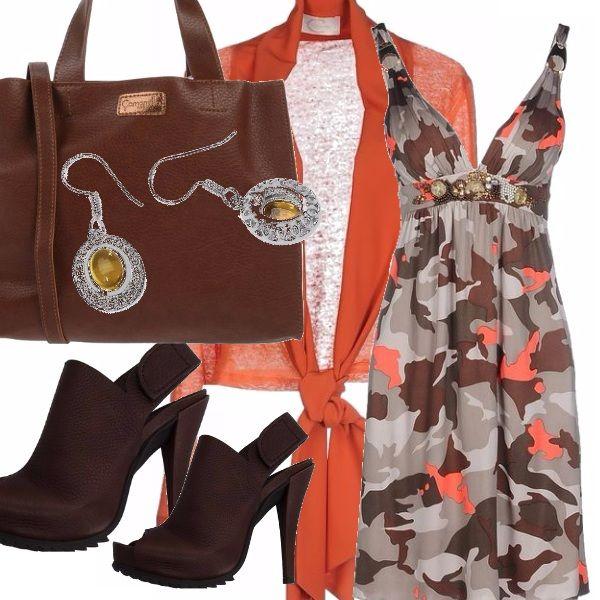 Outfit che richiama i colori della terra: vestito con spalline a macchie arancioni e marroni, da abbinare al sandalo marrone e alla borsa nella stessa tonalità. Un leggero coprispalla arancio e un paio di orecchini con gocce di topazio.
