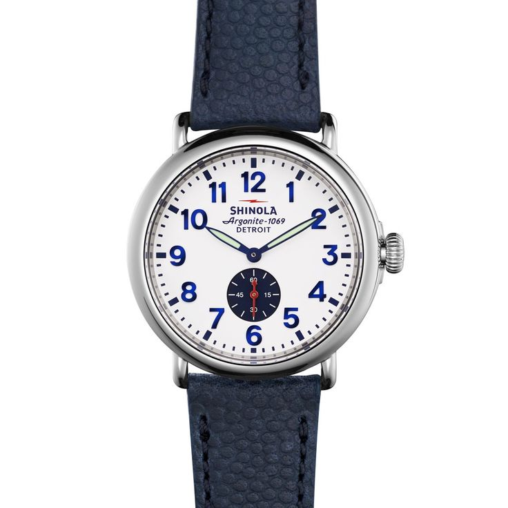 We're in love with the navy! THE RUNWELL 41mm #shinola #navywatch