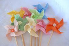 Cataventos feitos a mão com feltro e com botão central. <br>Medem aprox. 10*10 cm <br> <br>Colados em palitos de madeira de 25 cm. <br> <br>Você pode escolher entre uma unica cor ou fazer sortido! <br> <br>As cores disponiveis: Amarelo, amarelo claro, rosa bebe, rosa medio, pink, azul claro, marinho, laranja, salmão, verde claro, verde limão, verde escuro, roxo, lilás, turquesa, vermelho, branco, preto, cinza, bege, marfim e marrom. <br> <br>ANTES DE FINALIZAR O SEU PEDIDO, CONSULTE A…