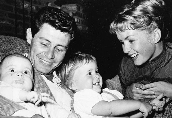 (l-r) Todd Fisher, Eddie Fisher, Carrie Fisher and Debbie Reynolds