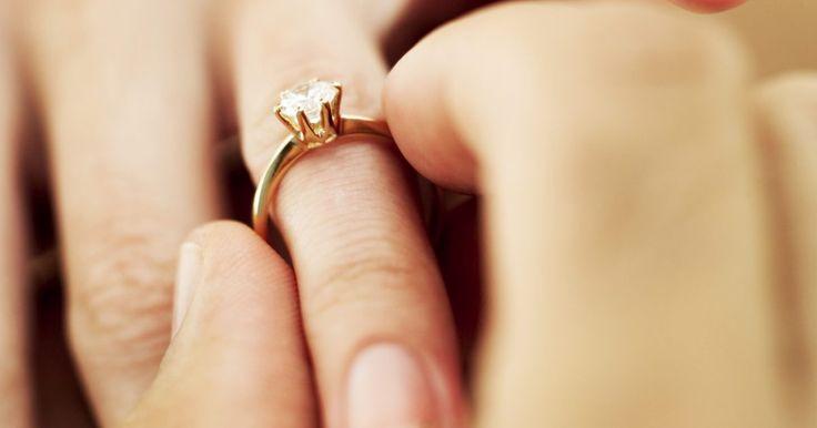 Calcular el tamaño de un anillo . Medir con precisión el dedo para el tamaño del anillo es bastante simple. Existe un escala estándar de conversión en Norteamérica, y la misma escala es usada tanto para hombres como para mujeres. Ten en cuenta que es mejor medir el dedo al final del día; ya que los dedos se hinchan un poco y podrías tener problemas para quitarte un anillo si no ...