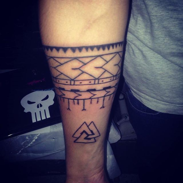 #Menbracelittattoo #bracelife #tattoo #tattoos #tat #tatt #tatto #arm #armtattoo #handtattoo #simpel #tattootribal #bracelitribal #ink #inked #inkedforlife #new #inkedup #man#justlife #inkedmag #polynesiantattoo #polynesian #polynesians #continue #triangle #triangles #triangletattoo #tribaltattoos #Masonic