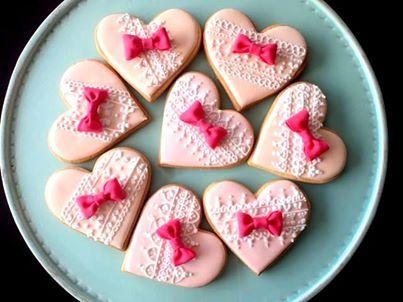 写真: プチギフトにおすすめ!アイシングクッキー  いつも素敵なアイシングクッキーを紹介してくれる、パティシエのミカリナさん。またまた新作クッキーが届きました。ハート型にリボンのモチーフが可愛い♪ウエディングにぴったりのデザインです。http://wedding.en-japan.com/item/222/