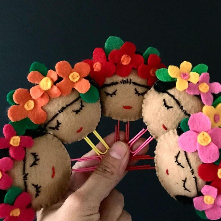 """Mereces un amor que te ame despeinada."" Frida Kahlo así quedaron los marca páginas. #fridayquotes #fridakahlo #frida #vivalavida #vivafrida #fridalicious #beyourownkindofbeautiful #beafrida #yamecansé #estoylista #supercansada #feltcrafts #felt #craftlife #ilovecrafts #fieltro #manualidades #handmade #fridamagazine #bookmarks #marcapaginas #patchworkshow #longbeach #herewecome #haytevoy #patchworklongbeach #mañana #cadaquienconsufrida #domingo #manosmexicanas"
