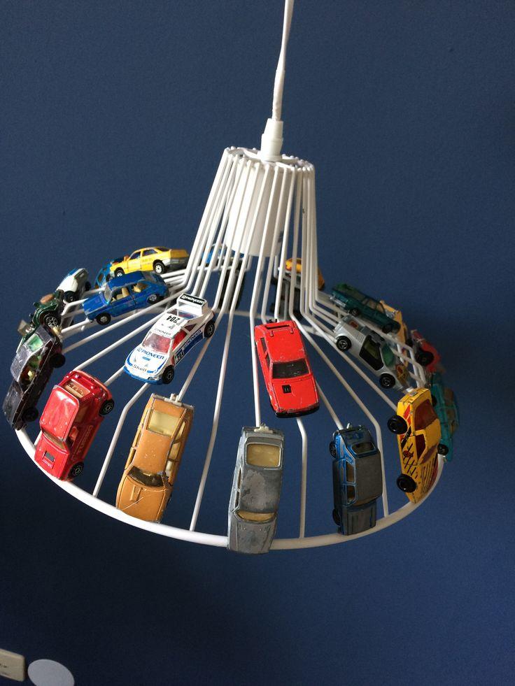 Stoere lamp met auto's voor op de kamer van mijn zoon. Lamp is van xenos, auto's van marktplaats. Extra gebruikt en gedeukt voor leuk oud effect. Op de lamp gelijmd met Bizon hobby lijm.