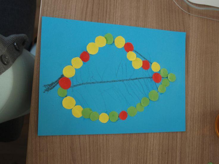 Teken een blad op een gekleurd papier. Tom (bijna 4) heeft zelf de nerven erin getekend en de rand versierd met gekleurde rondjes. Een goede motorische oefening en als de kinderen nog ouder zijn kun je ze een reeks laten maken van de rondjes.