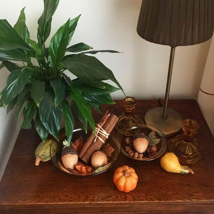 Herfstdecoratie met mini pompoenen en oud geel glaswerk / Falldecoration with mini pumpkins and old yellow glasswork