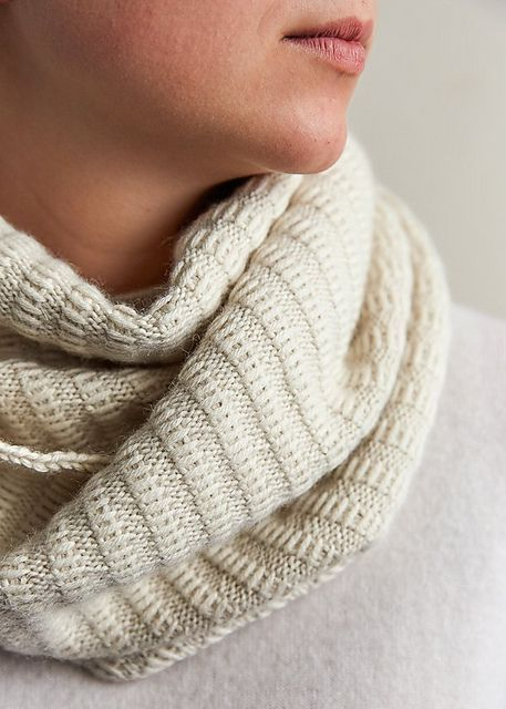 Elegant halsvarmer. Nem halsvarmer, der kan bruges på begge sider. Den er hurtig at strikke. Mønstret fremkommer ved søjler af løse masker. Her i 100 % alpaca på pinde 3½.