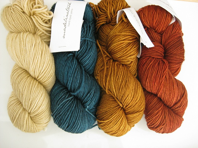 lovely colour combo.  I want these yarn colors... and a project in which to use them.