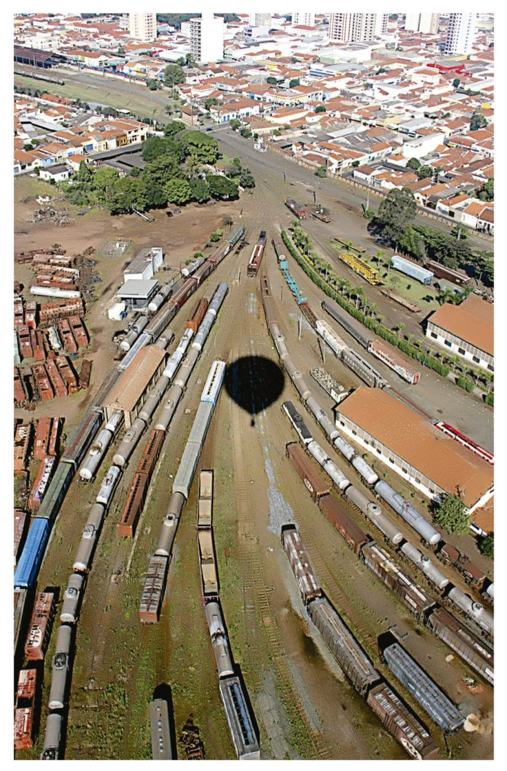Balões sobre a Ferrovia - Região central de Rio Claro. Foto de Viviane Pertille Guerra. 2013. Imagem do acervo do APHRC