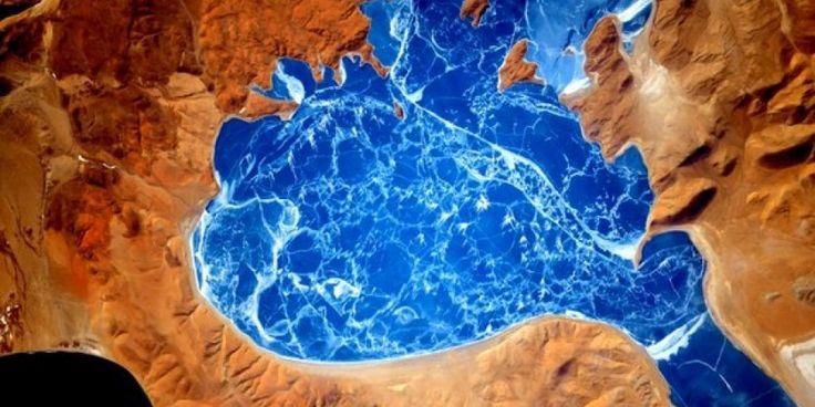 """Imagem do lago salgado La'nga Co, no Tibete, que significa """"lago do demônio"""", por não ter nem peixes, nem plantas. Foto do astronauta Scott Kelly, tirada da Estação Espacial Internacional e publicada no Twitter em janeiro deste ano"""