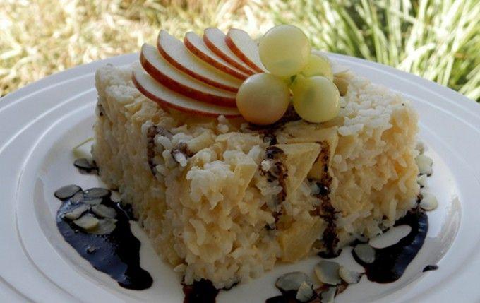 rýžový nákyp: Suroviny potřebujeme: 1/2 kguvařené rýže 4 ksžloutky dle chuticukr 250 mlmléka 1 citroncitronová kůra 1 bal.vanilkový cukr podle libostijablka podle libostimandle polde chutimáslo Kakaová hmota na polití: 2-4 lžícekakaa 2-4 lžícecukru 2-4 lžícevody Postup přípravy Mléko rozšleháme vidličkou spolu s cukrem a žloutky. Do rýže vmícháme nadrobno nakrájená a oloupaná jablka , přidáme nastrouhanou citronovou kůru a vlijeme mléko. Vše promícháme a dáme do zapékací m...