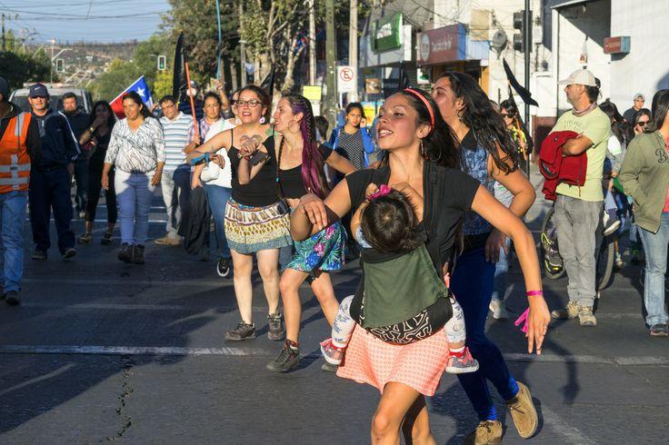 """https://flic.kr/p/U1DE7s   VillaAlemana031   Serie II """"No a la Termoeléctrica Los Rulos"""", Sábado 01/04/2017, Imagen 16/20- Jóvenes danzantes manifestándose entre la multitud, Villa Alemana, Valparaíso, Chile. D5300."""
