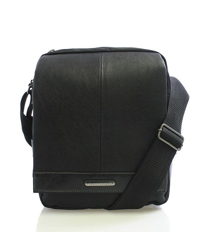 #bestseller Černá středně velká vychytaná taška přes rameno Enrico Benetti. Taška má klopu na suchý zip. Uvnitř najdete kapsu na tablet s maximálními rozměry 19 x 27 cm, dvě otevřené kapsy na mobil a drobnosti. Pod klopou se nachází dvě prostorné kapsy nad sebou se zipem a jedna na suchý zip. Na bocích má taška další menší kapsičky. Součástí tašky je nastavitelný popruh.