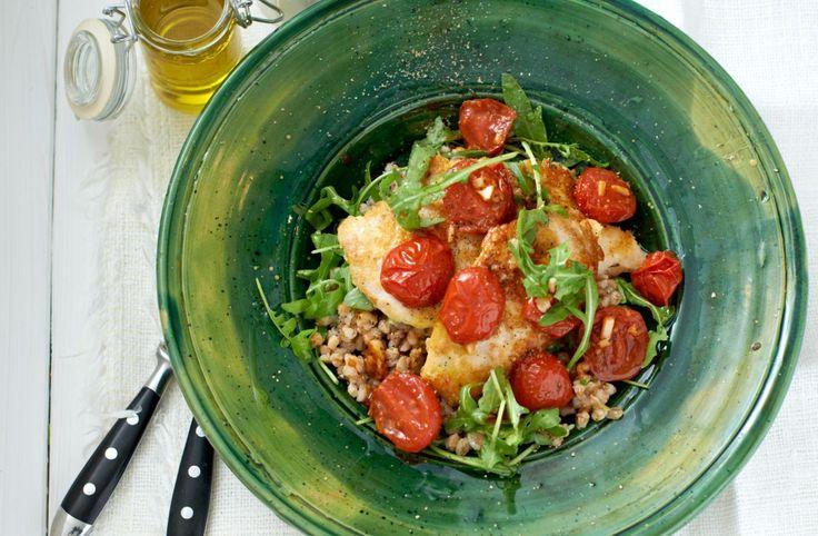 Recept på Kycklingpiccata med frästa tomater och matvetesallad