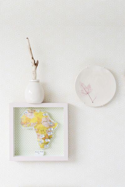 Benodigd materiaal Dieptelijst (Ikea); behang in lijst (De Mooiste Muren); transferpapier voor textiel (Gerard Smit); witte katoenen stof (kaasdoek, Jan Sikkes); kussenvulling, restje behang, (spuit)lijm, crèmekleurig karton, zwarte pen, foambord, mooie naaldjes.
