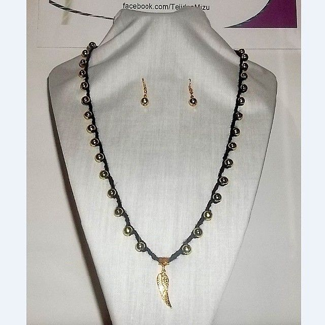 Collar 82: hilo negro con aplicaciones doradas. Con aros. Ch$6.000.