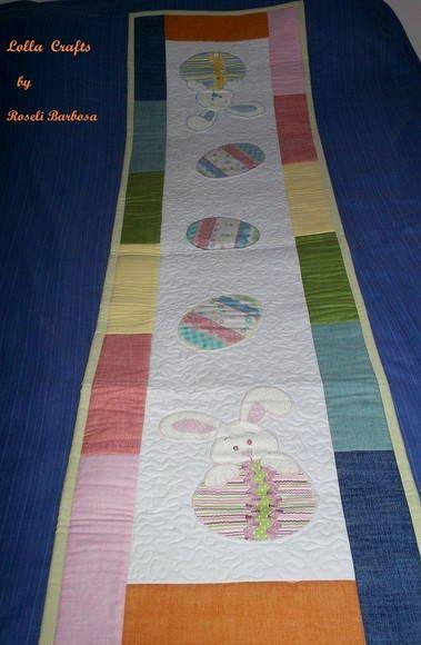 Trilho de mesa confeccionado em tecido 100% algodão e entremeios em manta acrílica.  Quilt a máquina.  Medidas: 150cm x 42 cm  Confeccionamos em qualquer medida, faça seu orçamento. R$ 220,00