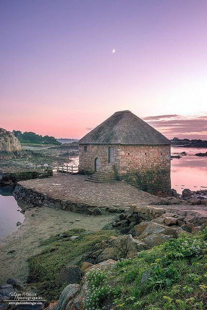 Le moulin à marée du Birlot au nord de l'île de Bréhat sur la côte de granit rose.