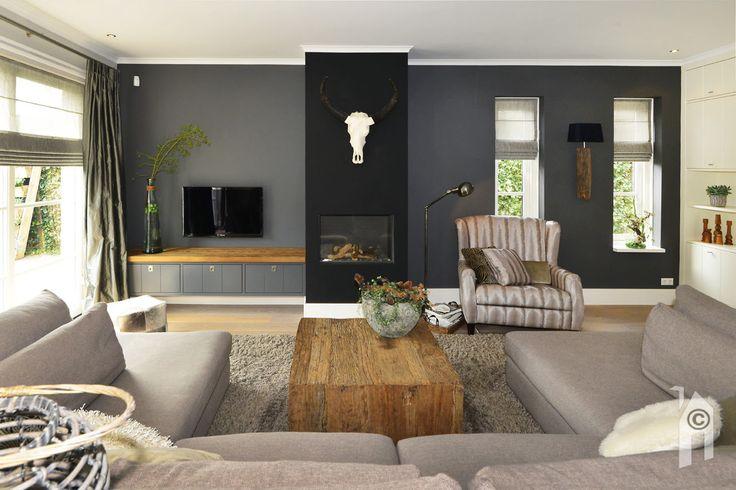 Een ruime, bijna rechthoekige woonkamer