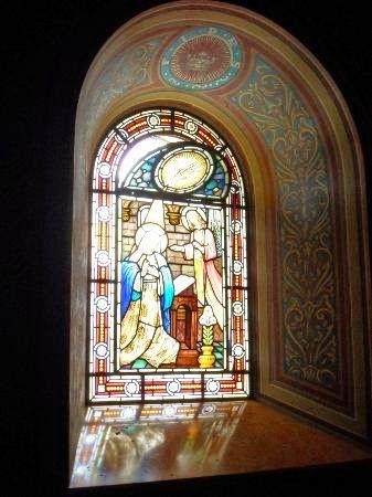 Lindos vitrais enfeitam o interior da igreja na parte mais alta das paredes.