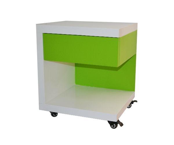 Mesa de noche, liviana por su diseño, donde el cajón de almacenamiento se suspende sobre la superficie para dar paso a un anaquel para almacenamiento. Disponible en diferentes colores según carta. Materiales: perillo, mdf.