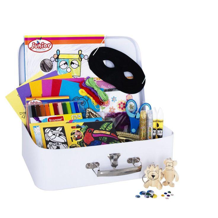 Hobbyveske feriekit. Veske av papp (19,5x31,5x9 cm) fylt med morsomme hobbymaterialer. Innhold: Malebok A4, regnbueblokk A6, felt picture, foil art, tusjer, saks, lim, øyne, 6 stk. broderikort, broderigarn og -nål, 2 stk. glitterlim, 2 stk. halvmasker, miniveske med perler, paljetter, smykkestener, 2 stk. nøkkelringer, stickers og fjær. Verdien hvis du kjøper alt hver for seg er ca. 850 kr. Egnet til barn fra 6 år.Hobbyveske