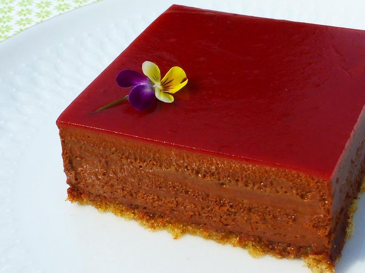 Chocoladetaart met een toest van rode vruchten.  Smelt zo in je mond! Glutenvrij
