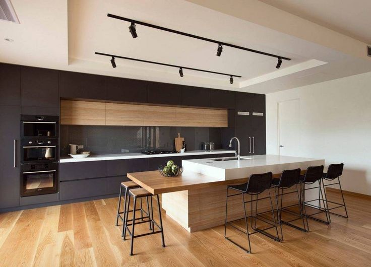 Idea cucina a giorno in bianco e nero con isola correlata di un grande ripiano per la colazione