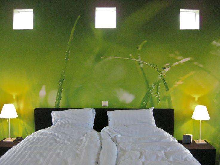 groen behang in slaapkamer-- green wallpaper in bedroom