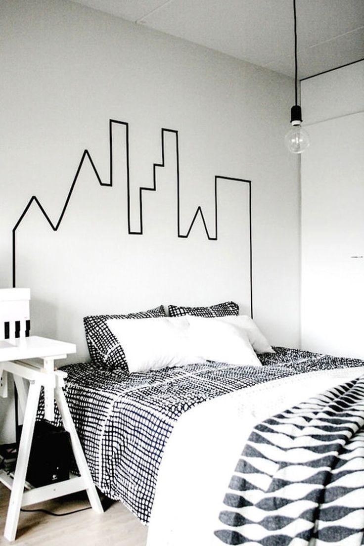 """Une tête de lit en scotch Conçue par le blogueur néo-zélandais Milo, cette tête de lit est très simple à réaliser, un véritable jeu d'enfant. Avec un peu de patience et du scotch de couleur, vous pourrez laisser libre cours à votre créativité pour vous inventer une nouvelle tête de lit quand vous voulez. Et pour plus de motifs et de couleurs, n'hésitez pas à utiliser du """"masking tape"""" : des rubans adhésifs décoratifs repositionnables. ©  Milo and Mitzy"""