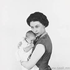 """la reina Isabel II de Inglaterra sosteniendo al príncipe Andrés en 1960, y que forma parte de la exposición """"Queen Elizabeth II by Cecil Beato"""""""