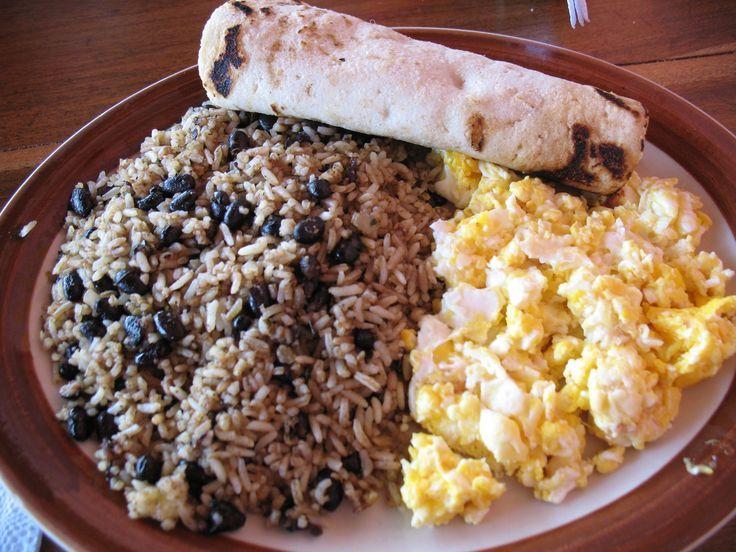 Y de Costa Rica, un rico desayuno: ¡el Gallo Pinto! Claro, aún mejor junto con huevo y tortillas.