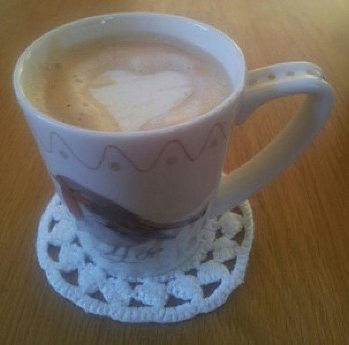 Een kopje koffie met een beetje liefde maak je zo:  1-Klop de slagroom 2-Leg dat op een bakplaat 3-Doe het in de diepvries en laat dat een tijdje staan. 4-steek met de koekje's hartje figuur uit de slagroom. 5-bewaar de slagroom hartjes in de diepvries.  in een bakje met een bakpapiertje ertussen. 6-Zo kan je heel snel een kopje koffie met liefde voorzetten. (de slagroom is snel ondooid in de koffie.)