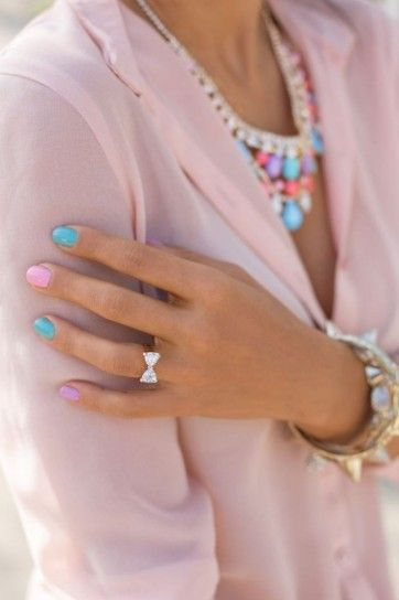 Addicted to pastel colors: nails, blazer and accessories.