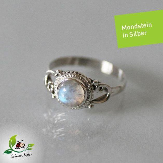 **Dies ist ein filigran verzierter Ring aus 925er Silber mit Regenbogen-Mondstein.** Durchmesser des Steins: ca. 6 mm, ausgeprägter Cabochonschliff **Vorhandene Ringgröße: 52** Ringgröße selber...