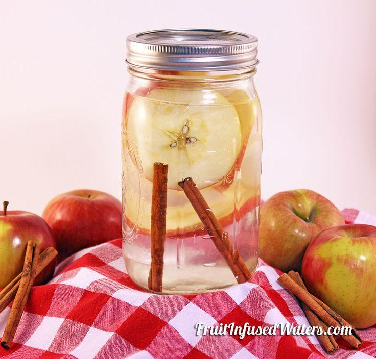 Agua aceleradora de metabolismo Hace 2 litros de agua, re-llenado 3-4 veces antes de sustituir las manzanas y canela. INGREDIENTES: 1 manzana en rodajas ( su favorita) 1 canela en rama INSTRUCCIONES: Agua de Manzana y Canela ponga las rodajas de manzana en el fondo de la jarra y luego el palo de canela, cubrir con hielo la mitad del frasco y rellene con agua. Coloque en el refrigerador durante 1 hora antes de servir. Tiene una duración de 24 horas en la nevera