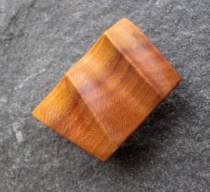Dřevěná+brož+-+švestka+Ručně+vyřezávaná+brož+z+švestkového+dřeva,+dřevo+je+ošetřeno+šelakovou+politurou.+Brož+lze+připnout+na+oděv+nebo+kamkoli+jinam,+zezadu+je+přilepenapřipínací+mechanika.+Velikost+brože+je+3,7+cm+na+šířku+a+2,3+cm+na+výšku.
