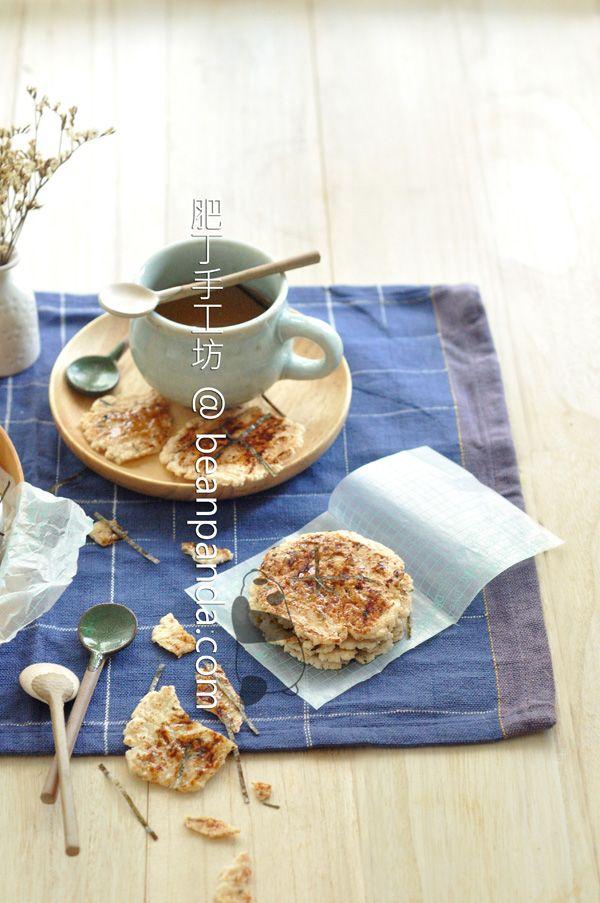 相信沒有人不喜歡日本仙貝(Senbei),日文漢字寫成煎餅,與中式煎餅是不同的唷 ~ 仙貝用穀物粉燒製,烤盛兩面金黃的圓扁型質硬米餅,刷上醬油,香鬆酥脆,與綠茶相伴,是日本家庭提供給訪客的禮貌茶點,哆啦A夢和大雄到朋友家經常被招待吃仙貝。 巿售仙貝種類很多,有鹹有甜,為了提高保質期和脆度,一般都加了添加劑。肥丁把吃剩的白飯,混合水和糯米粉,用蝦米提香,沒辦法像傳統用炭燒,用烤箱也做得到。仙貝烤好後撒點紫菜絲,米香撲鼻,濃郁的醬油香在唇齒間蔓延,天然好吃,做法簡單,不用再羡慕哆啦A夢和大雄啦 ~ 材料 糯米粉Glutinous RiceFlour  70 g 冷飯 Cool Cooked Rice       50 g 海鹽 Sea Salt              1/4 tsp 油 Oil             […]