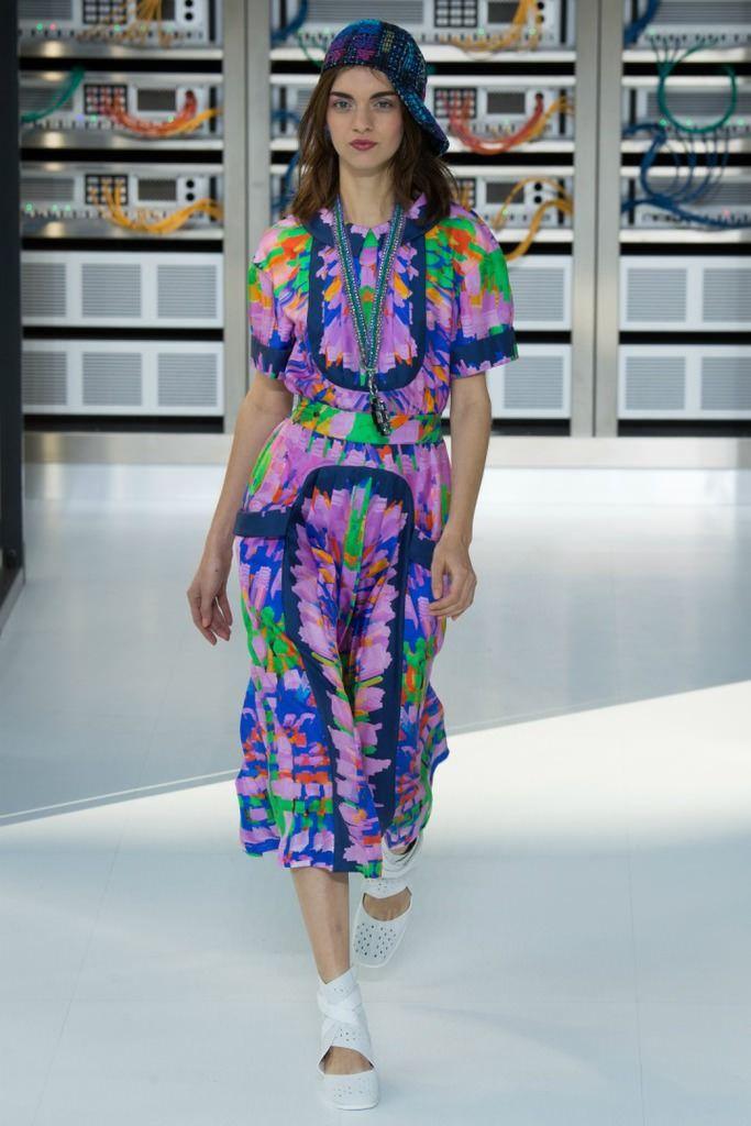 Dünya her geçen gün kendini teknolojinin kollarına bırakırken, bundan giyim sektörü de nasibini alıyor. Bunlardan en cesaretli olanı şüphesiz Chanel oluyor.