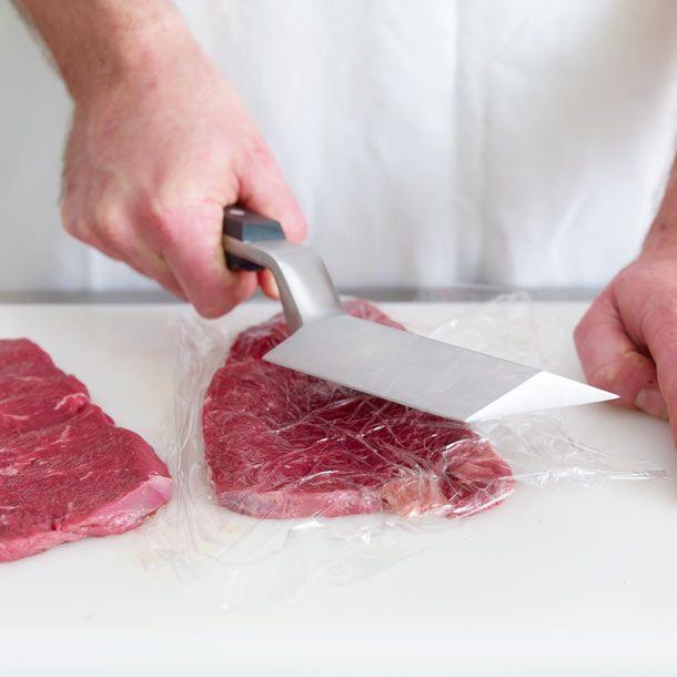 Damit Schnitzel gleichmäßig garen, sollten Sie das Fleisch flachklopfen. Beim Plattieren wird es mit einem Spezialwerkzeug oder einem Kochtopf bearbeitet.