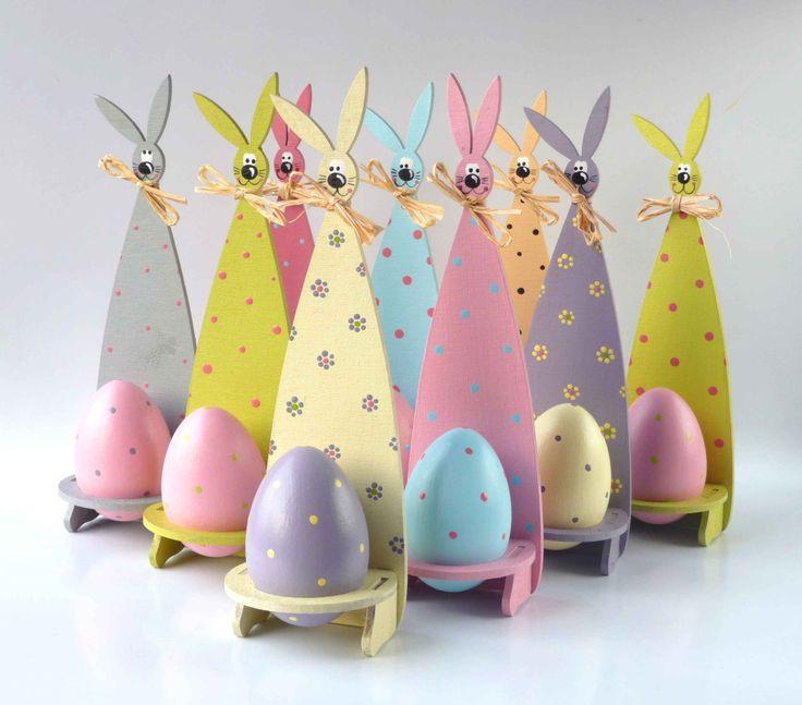 Velikonoční klokan s vejcem Ručně malovaný stojánek na velikonoční vajíčko, včetně vajíčka. Rozměr: 6 cm x 21 cmx díra na vajco + vajco v díře Nóbl ušatý fešák s dírou v bříšku. Návod:Do části připravených stojánků vložte malovaná vejce, do zbytku dejte decovku se slivovicí. Když zazvoní malí šmigrustníci, nabídněte jim malované vejce se ...