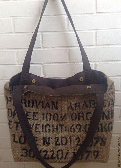 Объемная сумка из мешковины с подкладкой из льна. Плотные, очень приятные на ощупь и надежные ручки. Три удобных кармана. Сумка сшита вручную из настоящего кофейного мешка.