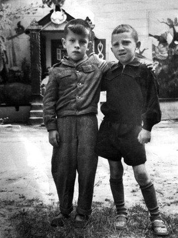 Владимир Высоцкий с другом, 1947 г.