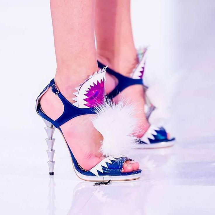 Sandalele de damă Mineli Collumn sunt un must-have pentru sezonul estival, mixul de culori fiind unul vesel și îndrăzneț. Înălțime toc: 12 cm.