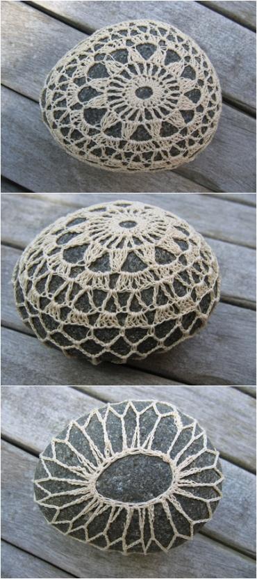 Nooit gedacht dat ik een steen met haakwerk mooi zou vinden. Maar dezen wel!   Never thought I would like stones with crochet. But I like these!   I saw these stones on http://kirkoe.wordpress.com/steine/