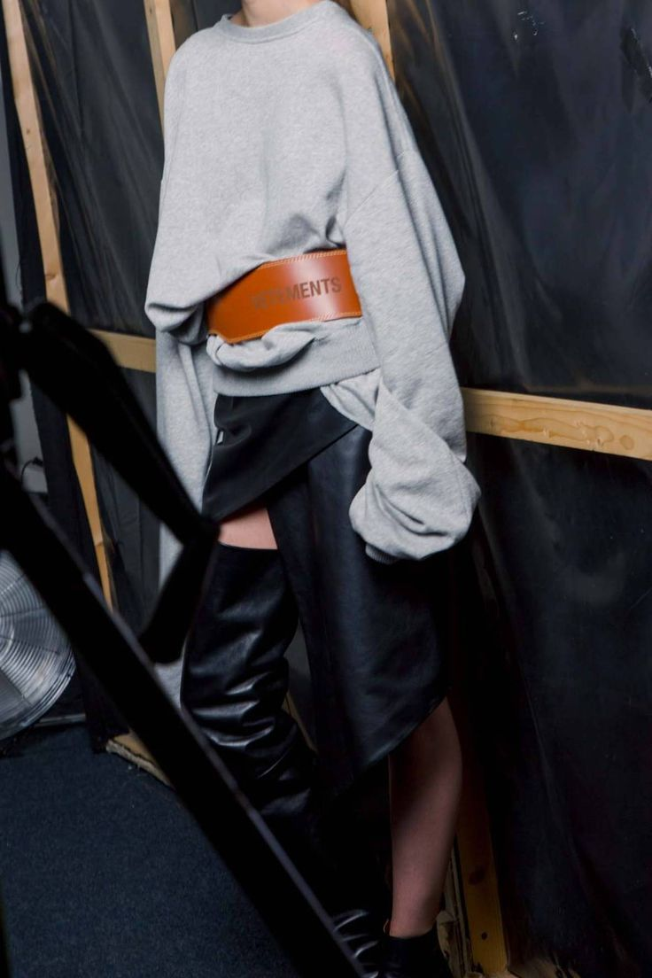 Exaggerated sweatshirt + belt + whatever is going on below--Vêtements
