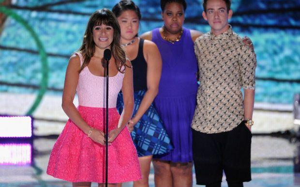 """Os companheiros de Glee também fizeram questão de lembrar o amor que Cory Monteith sentia pelos fãs. """"Ele amava muito a todos vocês, Gleeks"""", disseram."""