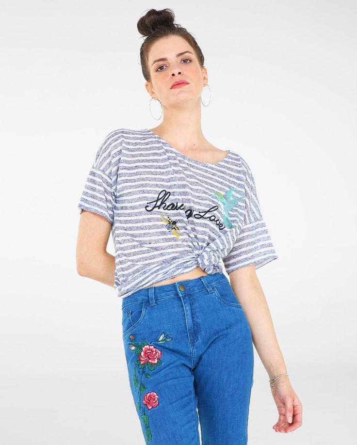 A Blusa Ampla Sharing Love Camila Coelho para Riachuelo é confeccionada em tecido leve com aspecto botonê, que dá efeito puído a peça. Com modelagem ampla, mangas curtas, estampa de listras e aplicação de bordado na parte frontal. Combine com jeans skinny e sapatos flatform.